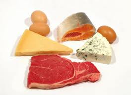 Carne de vacuno, diferentes tipos de queso, salmón y huevos aportan gran cantidad de proteínas