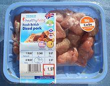 Bandeja preparada lista para la venta de alitas de pollo