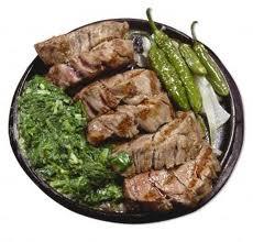 Plato listo para comer de solomillo de ternera con pimientos verdes