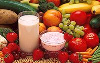 Conjunto de alimentos saludables, batidos de frutas, tomates, plátanos, zanahorias, uvas, pepino, brócoli, fresas y melocotones