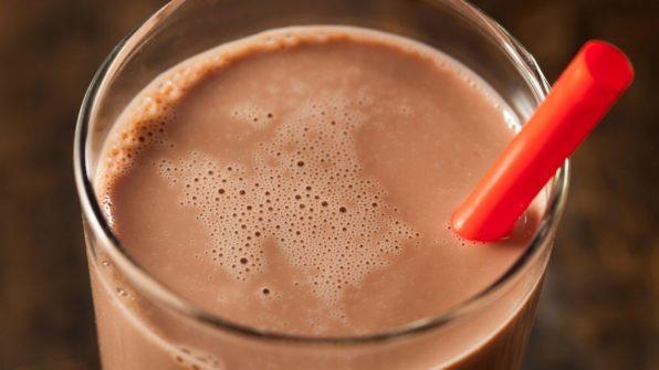 Batido de chocolate en un baso de cristal con una pajita roja