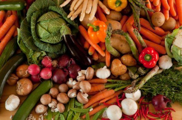 Conjunto de verduras, berza, setas, pimientos, patatas y más alimentos vegetales como ejemplo de buenos carbohidratos