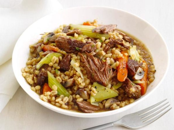 Cuenco con una sopa de arroz, carne y verduras