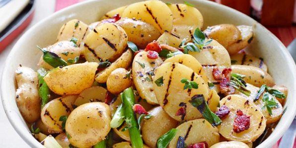 Cuenco de paratas cocidas y al horno con verduras salteadas