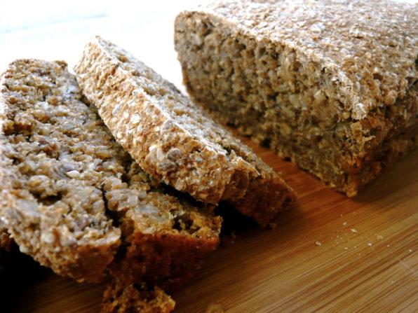 Rodajas de oan asenio o pan germinado sobre una mesa