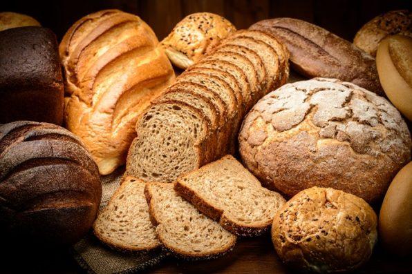 Selección de pan integral y con cereales, hogazas y en lonchas