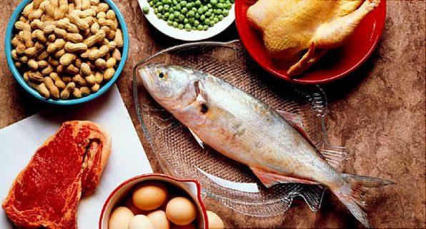 Cacahuetes, salmón trucha, pollo, ternera y huevos como ejemplo de alimentos ricos en proteínas
