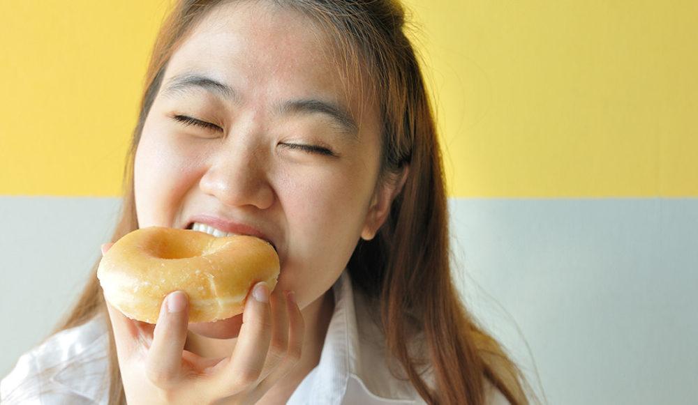 Mujer comiendo un donut