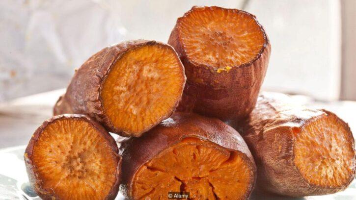 Batatas o papas dulces cortadas y amontonadas después de cocinadas